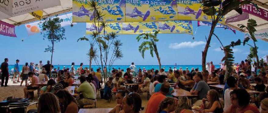 La Carpa: lugar de celebración y fiesta durante el campeonato mundial de Windsurf, directamente en la playa